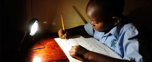 Güneş lambası Afrikalı çocukların geleceğini aydınlatıyor