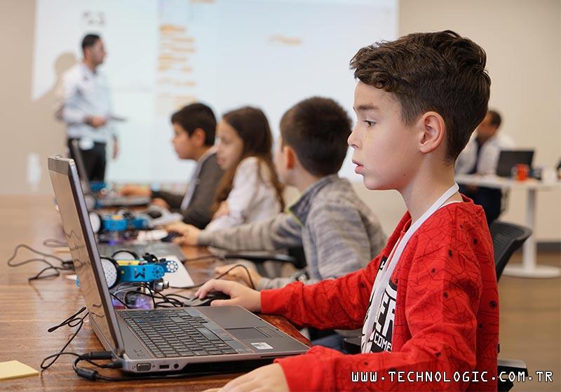 Tofaş Gönüllüleri, çocuklara kodlama öğretiyor
